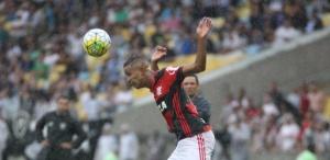 jorge-lateral-esquerdo-do-flamengo-em-acao-no-empate-por-0-a-0-com-o-botafogo-1478470844512_615x300