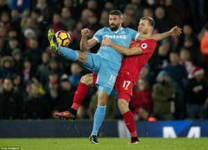 3bab32c800000578-4068990-walters_battles_for_the_ball_with_liverpool_defender_ragnar_klav-a-8_1482922723662